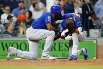 ファウルがファンに直撃し、涙するカブスのアルモラJr.(右)【写真:Getty Images】