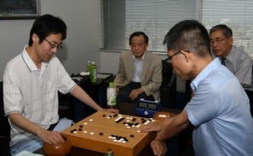 対局を振り返る小野さん(左)と横田九段