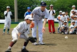 内野手の捕球動作を指導する井端弘和さん=赤穂市加里屋