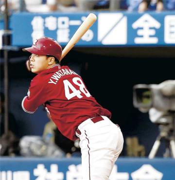 5回東北楽天2死一、二塁、代打渡辺佳が左中間に2点二塁打を放つ