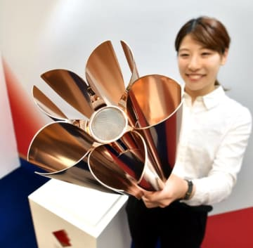 相馬市役所本庁舎1階に展示される東京2020オリンピック聖火リレートーチ