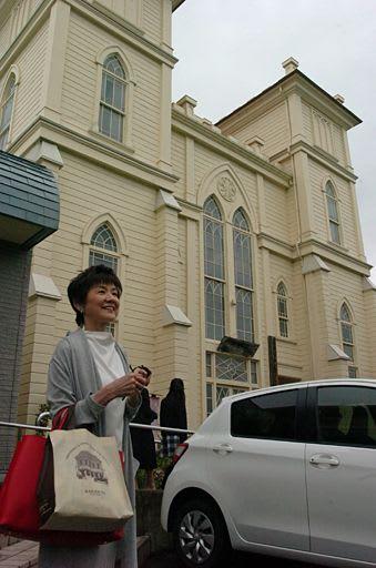 弘前教会を訪れ笑顔を見せる榊原さん