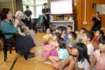 平和学習会で、沖縄戦を体験したお年寄りの話に聞き入るあじゃ保育園の園児=那覇市