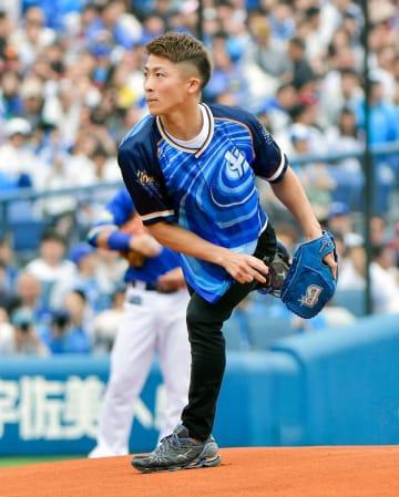 始球式をつとめた、井上尚弥さん=横浜