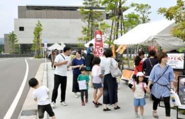 1周年記念イベントが開かれ、多くの家族連れらが訪れた「うみがたり」=22日、上越市