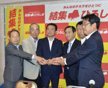 「国民主権を取り戻すために結集する広島政党連絡会」を設立した広島県の野党関係者ら。左から3人目は森本真治参院議員、同4人目は代表の佐藤公治衆院議員=23日午後、広島市