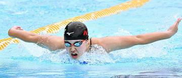 〈競泳女子200メートルバタフライ〉関琴音(日大山形)が2分15秒97で2連覇を果たした=酒田市光ケ丘プール