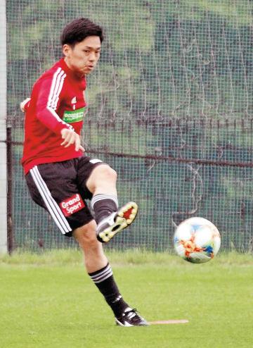 FC東京戦に向けた練習でロングボールを蹴る松下
