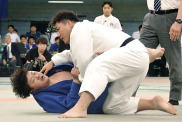 男子7人制の決勝で一本勝ちした東海大の太田彪雅(右)=日本武道館