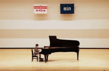 参加者が課題曲を演奏した県音楽コンクール予選会=23日、上越市の上越文化会館