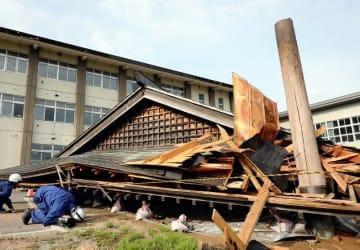新潟・山形地震の被災地の様子(写真:読売新聞/アフロ)
