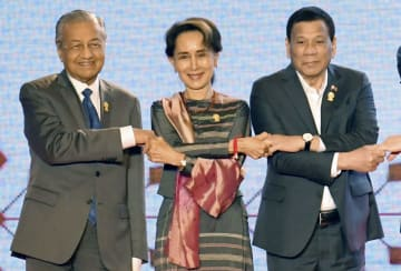 ASEAN首脳会議の開幕セレモニーで記念撮影に応じる(左から)マレーシアのマハティール首相、ミャンマーのアウン・サン・スー・チー国家顧問兼外相、フィリピンのドゥテルテ大統領=23日、バンコク(共同)