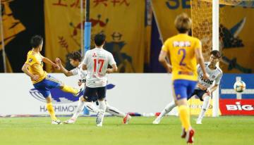 仙台―FC東京 後半、先制ゴールを決める仙台・関口(左端)=ユアスタ