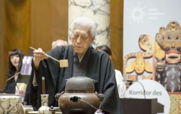 日本とオーストリアの国交150年を記念した献茶式で茶をたてる千玄室大宗匠=23日、ウィーン(共同)