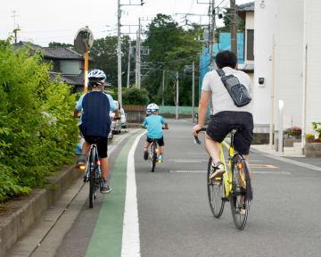 容疑者が車を乗り捨てた現場周辺の住宅街。逮捕された23日にはサイクリングを楽しむ親子の姿も見られた=厚木市三田