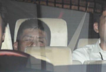 横浜地検を出る男=23日午後5時15分ごろ、横浜市中区