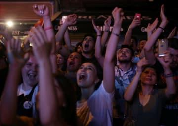 イスタンブール市長選、再勝利を喜ぶ共和人民党支持者たち=23日、イスタンブール(ロイター=共同)
