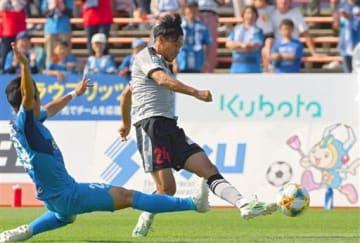 【熊本-秋田】前半19分、熊本の高瀬(右)がシュートを決め1-1とする=ソユースタジアム