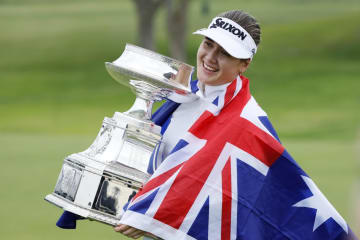 ゴルフの全米女子プロ選手権を制し、笑顔でトロフィーを抱くハンナ・グリーン=23日、ミネソタ州チャスカ(AP=共同)