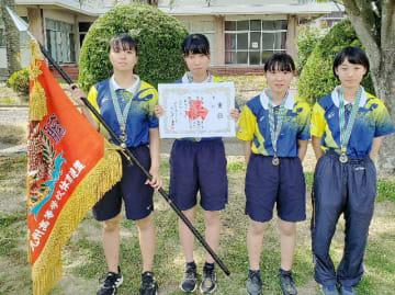 女子団体を制した東明の選手たち=八代清流高グラウンド