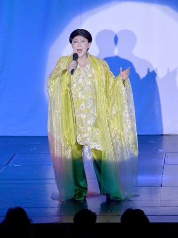 「柳ケ瀬ブルース」を熱唱する美川憲一さん=岐阜市徹明通、ぎふ葵劇場