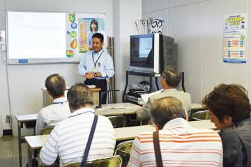 安全運転を呼び掛ける高齢者講習を受ける受講者たち=6日、鴻巣市の県警運転免許センター