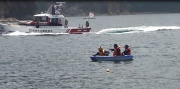 海上安全指導員を対象に実施したミニボート安全講習の洋上体験=長崎港福田沖(長崎海保提供)