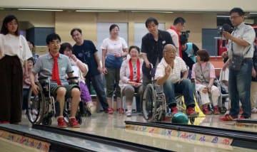 車いすボウリングを楽しむ参加者=長崎市、長崎ラッキーボウル