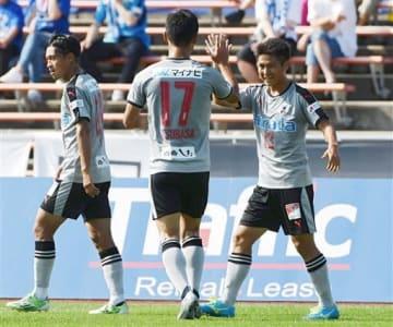 【熊本-秋田】前半22分に逆転ゴールを決め、佐野(17)とハイタッチする熊本の北村。左は先制点を奪った高瀬=ソユースタジアム