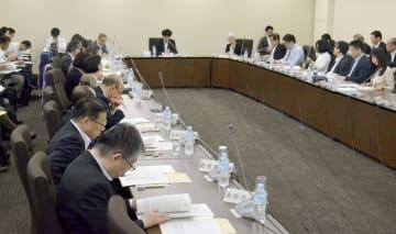 中間報告の素案を議論する地制調の専門小委員会=24日午前、東京都千代田区