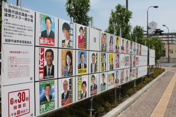 市議選の選挙ポスター掲示場と、来る参院選用の掲示場が並ぶ=福島市内