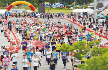 復興の願いを胸に走り出すランナー=23日午前10時ごろ、石巻市総合運動公園