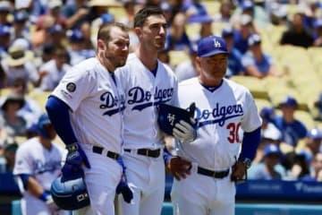 ファンにファウルが直撃し心配するドジャース・マンシー、ベリンジャー、ロバーツ監督(左から)【写真:AP】