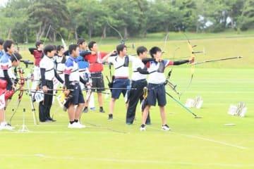 【アーチェリー競技に打ち込む東海4県の高校生ら=23日、静岡・小笠山総合運動公園で】