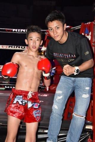 石井一成(右)を叔父に持つ中学2年生・寿来が初の賭け試合に臨む