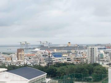 那覇市久茂地の沖縄タイムスから、停泊しているクルーズ船が見えます。写真以上に存在感があります