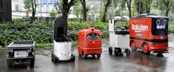 公開された自動走行の運送用ロボット=24日、経産省