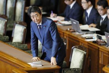 参院本会議で自身に対する問責決議案が反対多数で否決され、一礼する安倍首相=24日午後