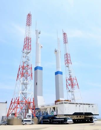 2両の大型台車に載せられ移動するH3ロケット用発射台=南種子町の種子島宇宙センター