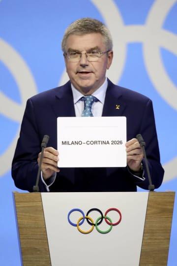 2026年冬季五輪の開催都市をミラノ・コルティナダンペッツォと発表するIOCのバッハ会長=24日、ローザンヌ(ロイター=共同)