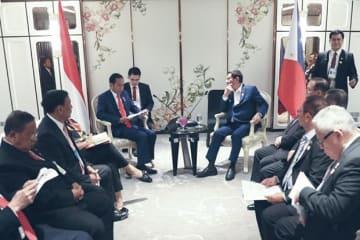フィリピンのドゥテルテ大統領(中央右)とインドネシアのジョコ大統領(同左)が会談した=22日、タイ(大統領広報推進戦略企画局提供)