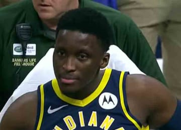 Pacers' Victor Oladipo suffers knee injury vs. Raptors
