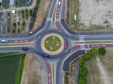 滋賀県内で初めて導入された守山市内の環状交差点。整備後4年間で人身事故は1件もない(2017年6月、守山市立田町)=小型無人機から