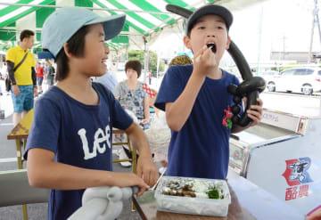 エツの甘露煮を味わう子どもたち=佐賀市諸富町の直売所「橋の駅ドロンパ」