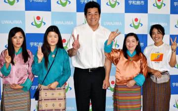 岡原市長(中央)と笑顔で写真に収まるブータン人女性