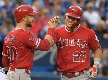 19日のブルージェイズ戦で満塁本塁打を放ったエンゼルスのトラウト(右)=トロント(ロイター=共同)