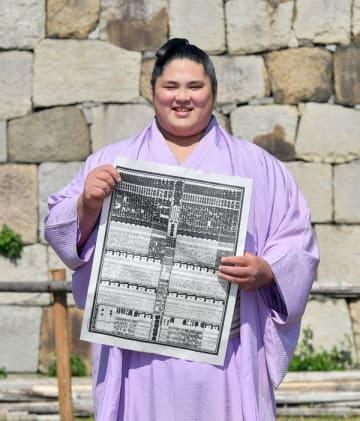 新入幕を果たし笑顔で番付表を持つ貴源治関=24日午後3時、名古屋市中区二の丸