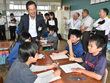 グループでプログラムの方法を考える児童たち