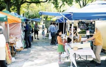 西川緑道公園での「有機生活マーケットいち」の様子