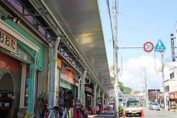 田辺駅前商店街でアーケードに代わり建設中の小型屋根(和歌山県田辺市湊で)
